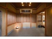 【土間】日本画家の滋賀麦僊さんが描かれた、一風変わった四季亭の文字の額を飾っております。