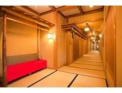 【廊下】全館裸足でご利用いただけるように畳敷きにさせて頂いております、ゆったりとしたひとときをお過ごしください。