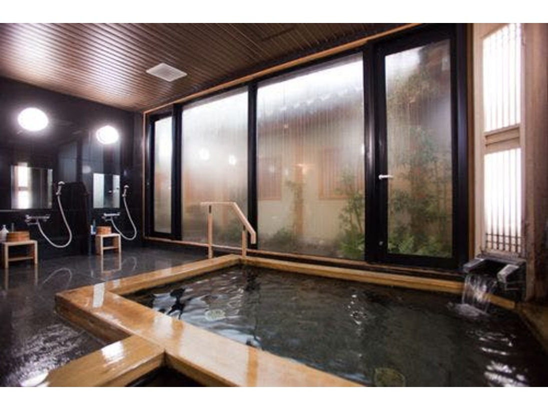 【不老湯】床板を御影石、浴槽を檜を使用したお風呂。15:00~0:00/6:00~9:00の時間帯で最大6名様までご入浴して頂けます