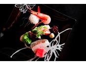 ~旬魚の盛り合わせ イメージ~ 北陸といえば魚介類。しかしながら季節によって美味しい魚は異なります。その季節に合わせて美味しい鮮魚を高田料理長の目で選び仕入れています。※料理によって枚数などは異なります。