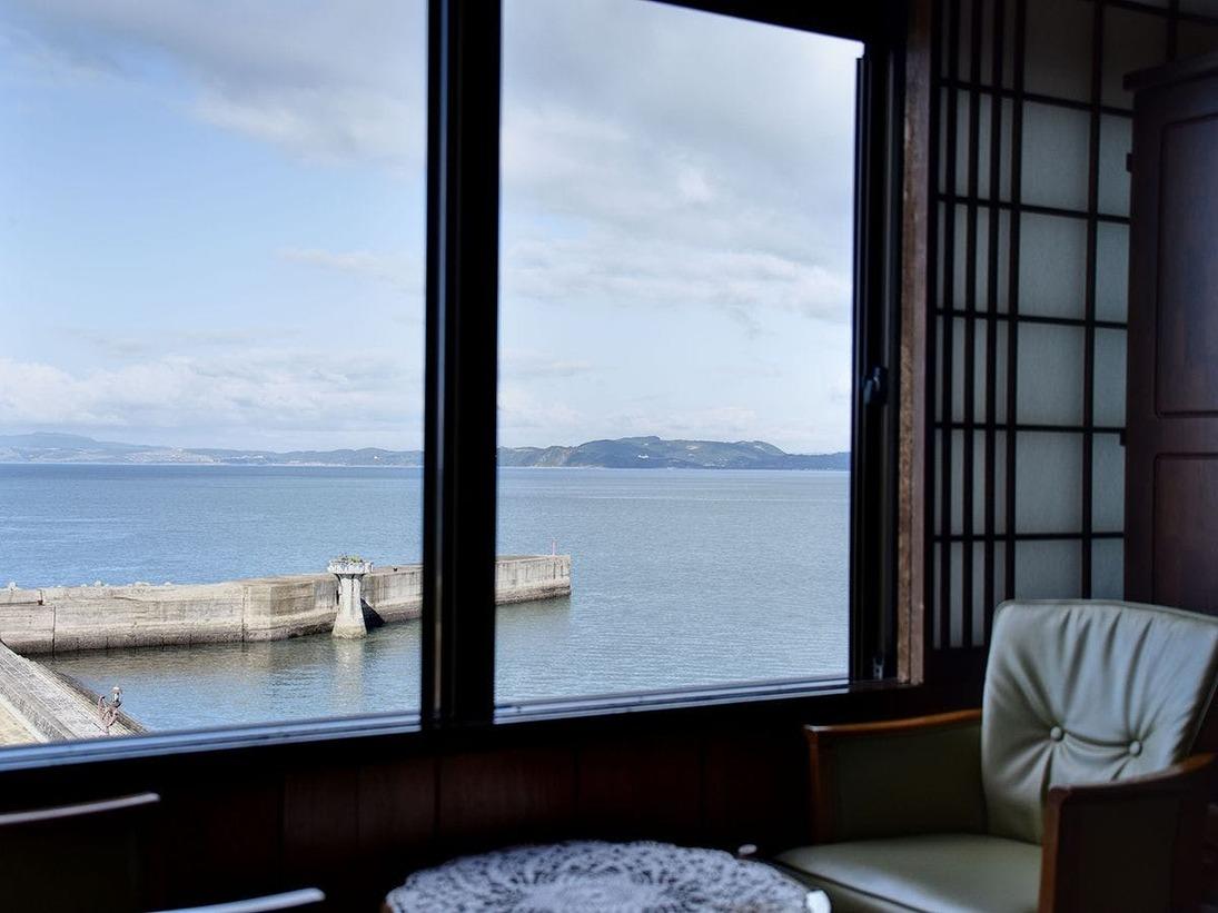 *和室8畳(海側)海を眺めてのんびりした休日を