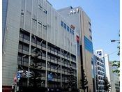 【六花亭 札幌本店】北海道土産の定番「マルセイバターサンド」など数々の人気商品を製造・販売する菓子店「六花亭」が、2015年に六花亭 札幌本店ビルをオープン。ホテルから徒歩3分程。