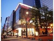 【赤レンガテラス】赤れんが庁舎が一望できる「展望テラス」や憩いの広場空間「アトリウムテラス」など、都会にいながらも自然を感じられる施設。ホテルからは徒歩5~10分程度。