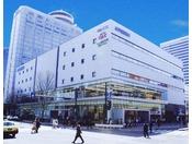 【紀伊國屋書店 札幌本店】和洋書・雑誌・マガジン・文房具など幅広い品揃えを誇る大型書店。ホテルのすぐ横です。