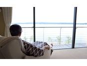 窓際にはマッサージチェア。雄大な海を眺めながらお過ごし下さい。