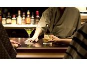 ロビーラウンジの奥にはバーがございます。ご夕食の後に一杯、いかがでしょうか。