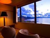 【最上階客室「天空」】から一望する日本海…オシャレなラタンソファに座り、絶景を2人占め