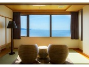 【最上階客室「天空」】お洒落なラタンソファに座って、オーシャンビューの美しさに酔いしれて。