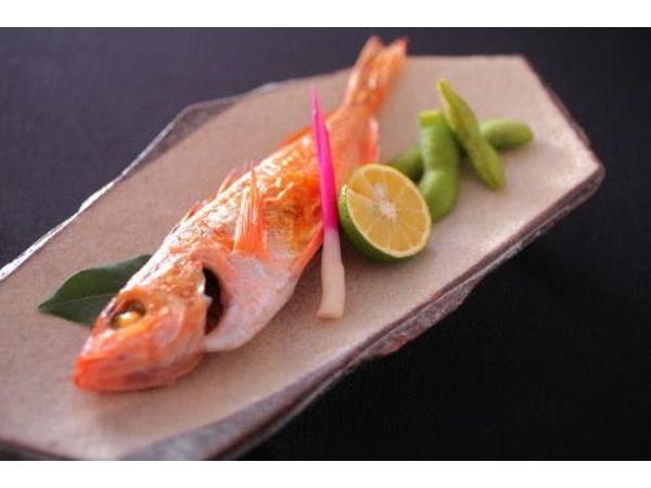 新鮮な地魚を焼き魚にして味わう