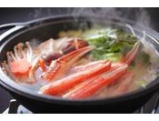 冬の定番カニすき鍋は当館自家製のポン酢を絡めて味わう