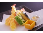 別注料理で人気のカニの天ぷらを天つゆで味わう