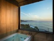 【301・天空】2019年4月にリニューアルの新展望風呂(客室風呂)から夕景を望む。