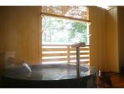 ~松風庵 松声の間(102号室)~ 露天風呂。緑が映える幻想的なお風呂で朝湯をどうぞ。