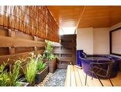 ~露付き客室 彩~ 温泉露天風呂付き客室『孔雀殿・彩』の坪庭と露天風呂。