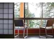 ~松風庵 松声の間(102号室)~ 広縁。カワイイ椅子で二人きりのお時間をお過ごし下さい。