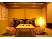 ~露付き客室 彩~ 温泉露天風呂付き客室『孔雀殿・彩』の露天風呂と坪庭。お風呂は広めでおふたり様でもご入浴可能。