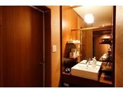 ~リニューアル客室 洗面~ 2016年にリニューアルされた新装客室の一例。洗面所も刷新し清潔感あふれる佇まいです。