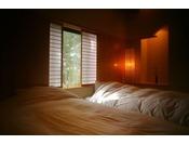 ~松風庵 松径の間(106号室)~ ねむりの間。照明はもちろん床や壁にもこだわりが感じられます。