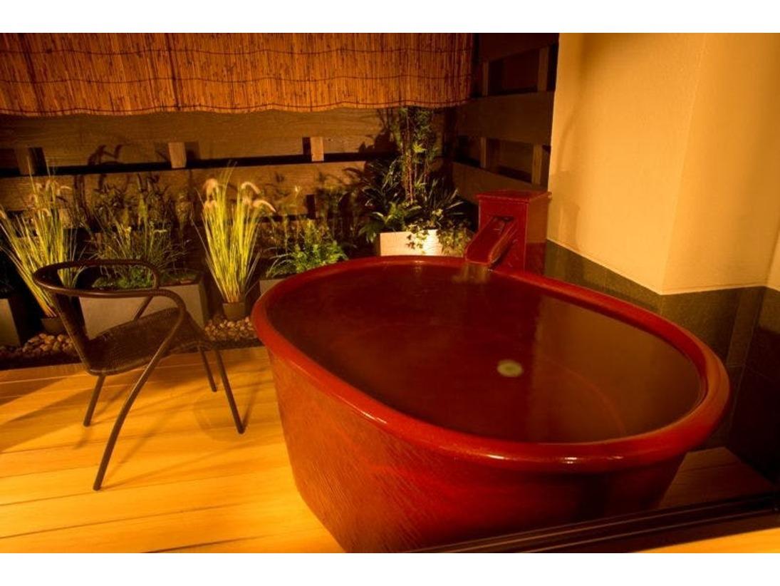 ~露天付き客室 彩~ 温泉露天風呂付き客室『孔雀殿・彩』の露天風呂と坪庭。お風呂は広めでおふたり様でもご入浴可能。