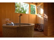 ~松風庵 松緑の間(105号室)~ 露天風呂。差し込んでくる木漏れ日を浴びながらご入浴をどうぞ。