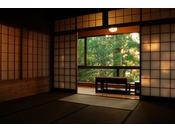 ~松風庵 松緑の間(105号室)~ 本間。周囲の自然や柔らかな陽射しを眺めて憩いのひと時を…。