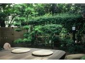 ~松風庵 松涛の間(103号室)~ 広縁。お庭に張り出したウッドテラスに座して、お寛ぎ下さい。