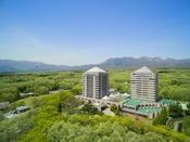 豊かな自然を残した約5万坪の広大な敷地にそびえるツインタワー。温泉、エステ、リラクゼーション施設をはじめ、体験工房などのインドア&アクティビティーまで充実した総合リゾート。