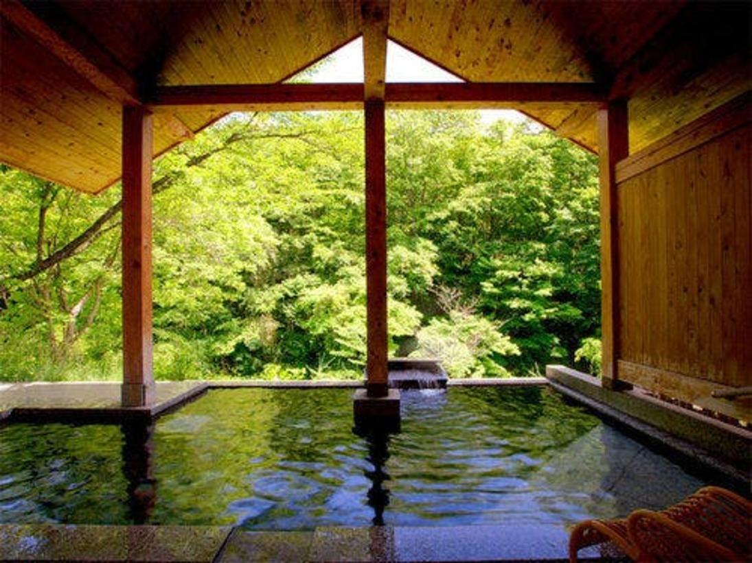 【露天風呂・ほたるの湯】 *自然に溶け込んだかのような景色と温泉のぬくもりの両方をお楽しみください。