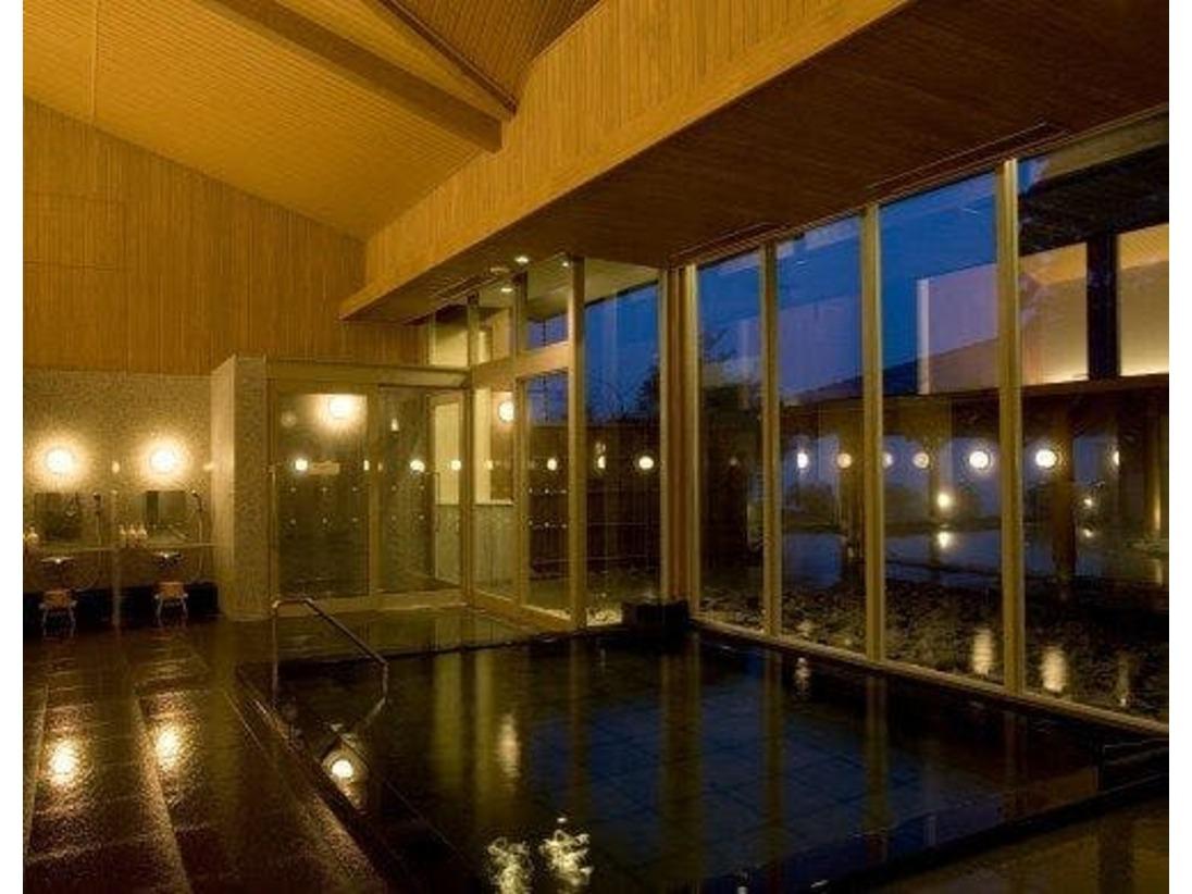 別館より通路で結んだ湖のほとりにある大浴場。敷地内の自家温泉「蛸川温泉」の湯を使用し、芦ノ湖を望む開放的な温泉で旅の疲れを癒してくれます。