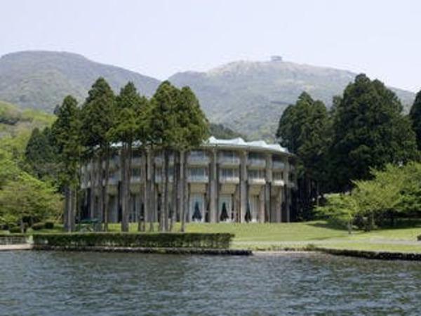 芦ノ湖からの本館外観