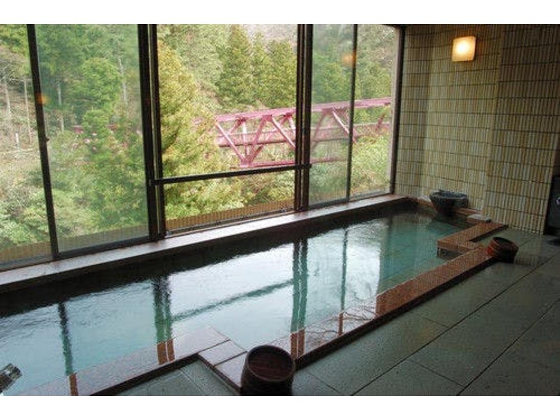 大浴場「川かぜの湯」。川からのやさしい風と名勝鶴仙渓の四季それぞれの趣きをお楽しみください。