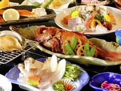 【夕食】アワビも味わう海鮮 季節の一例