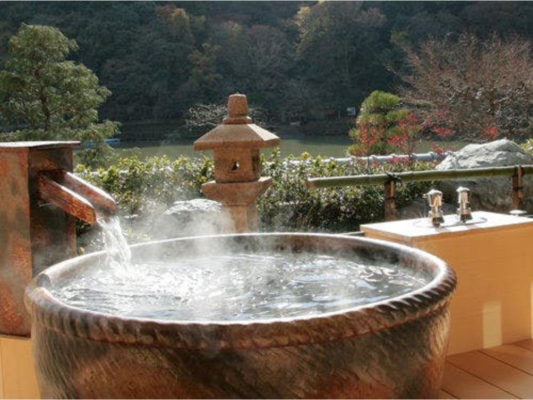 弊館自慢の露天風呂(特別室のみ)タヌキの置物で有名な「設楽焼き」で出来ています。こちらのお風呂からは雄大な嵐山の景色をお楽しみ頂けます