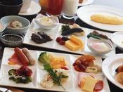 旬菜グリル&カフェ「セレニティー」バイキング和洋80種類の豊富なメニューからお選びいただけます。