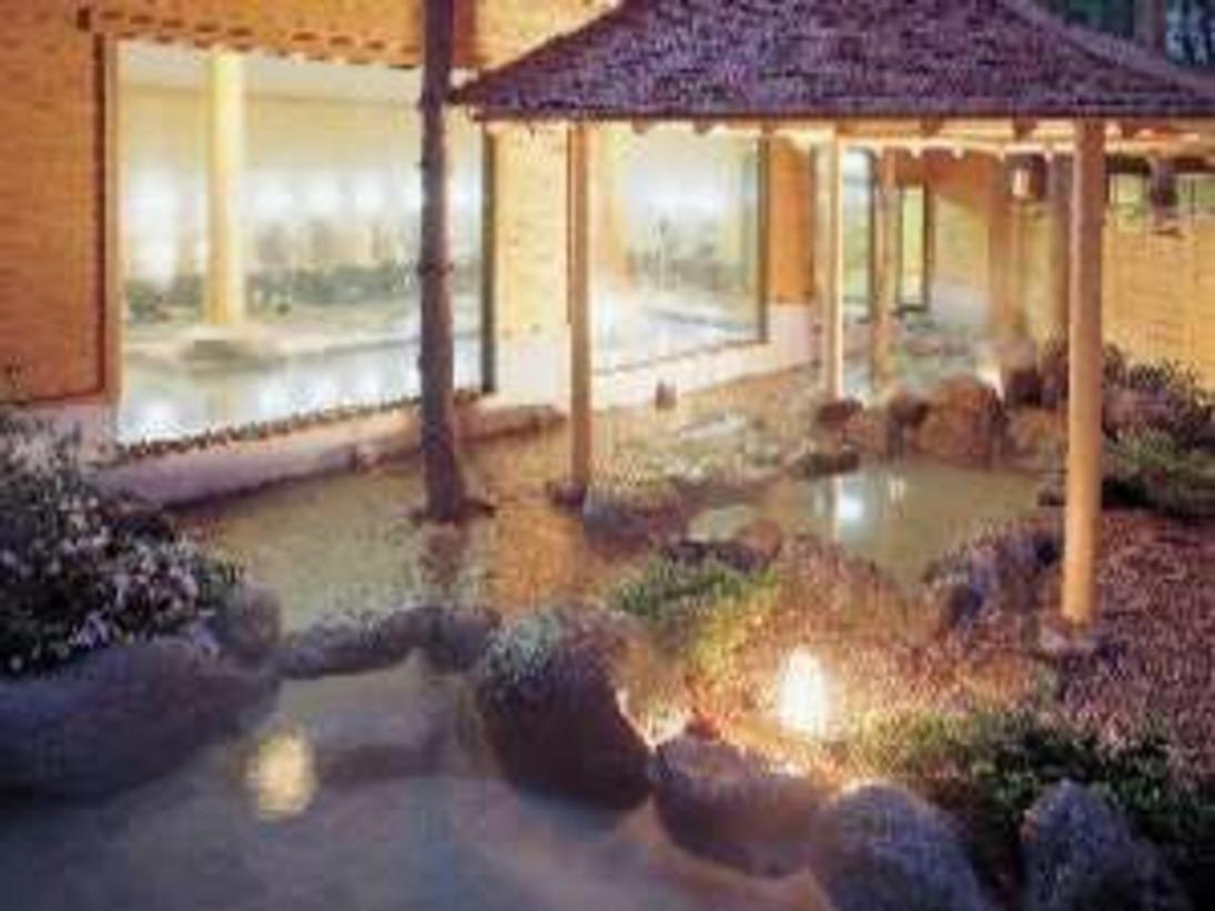 幻想的な雰囲気の中、秋の夜長を露天風呂でゆったりと・・・