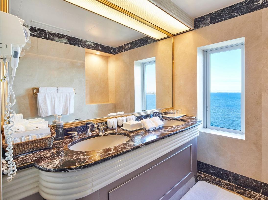 ダブルシンクがうれしい!大理石張りの洗面スペース(ニッコーグランファミリー・バスルーム一例)※お部屋により内装が異なります。
