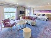 特別フロアに位置するスイートルーム。広々としたお部屋には、140センチ幅のシモンズ社製ベッド2台とゆったりとしたリビングエリアを配し、特別な時間をお過ごしいただけます。