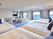 特別フロアに位置し、広々とした空間に4台以上のベッドとみんなで囲えるダイニングテーブルを配したお部屋。お部屋のバルコニーからは東京ベイの景色を一望いただけます。