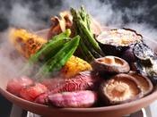 【野菜の蒸焼き】石窯で一気に蒸焼きに。うまみを閉じ込め、素材のおいしさを引き立てる石窯料理をお楽しみください。
