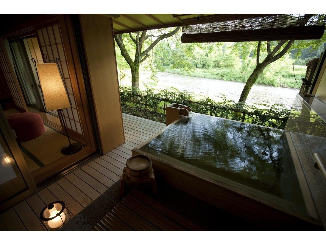 離れ犀川 客室露天風呂文豪・室生犀星の愛した「犀川」のせせらぎを湯に浸かりながら心ゆくまでお楽しみいただけます