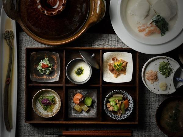 6種の箱膳に豆乳鍋。健康意識の山人の朝食