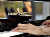 【ピアノの調べ】ディナータイムにピアノの生演奏をおこなっております。レストランでお食事を楽しみながら、またはバーでグラスを傾けながら、心休まるピアノの調べをお楽しみください。お好きな曲をリクエストすることもできます。
