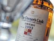 【BAR】オーナーズカスク「カスク」とは樽のこと。ウィスキーは、味、品質、価格を一定に保つために、普通いくつかの原酒を混ぜていますが、オリエンタルヒルズ沖縄の『オーナーズカスク』は、オーナー自らが、サントリー山崎蒸溜所で樽買いしたものです。