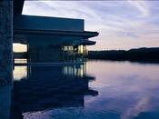 【池のある風景】水辺を連想させる風景が楽しめます。バー、テラス、レストランのどちらからでも眺めることが出来ます。