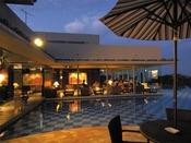 【水上に浮かぶダイニング】闇夜の幻想の中に輝くように浮かび上がっているレストランからの夜景は絶景です。