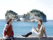 【周辺・景観】当館から徒歩約3分!白浜のシンボル「円月島」は夕景の名所としても知られています。