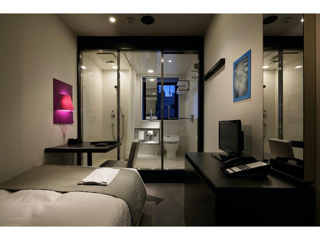 【シングルルーム】モノトーンの空間に、カラフルな照明やフォトフレームをレイアウト!ガラス張りのバスルームで開放感を演出。