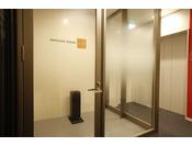客室内は禁煙ですが、喫煙されるお客様にも安心して滞在いただけるよう、喫煙ブースをご用意してあります。