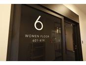 女性フロアの客室前に配置されております、セキュリティ付自動ドアになります。カードキーを使用しての入退室が可能です。