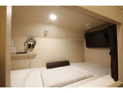 客室内には、32型薄型TV、ヘッドホンを常備。また、コンセント・USB電源・ベッド内の調光機能もございます。